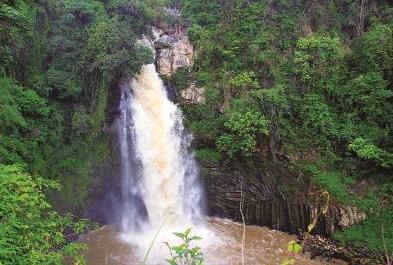 叠水河瀑布——集自然和人文景观为一体澎湃于青山葳蕤间